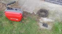 Instalatér čištění odpadů potrubí kanalizace